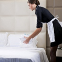 Atención al cliente en la limpieza de pisos en alojamientos.Operaciones básicas de pisos en alojamientos